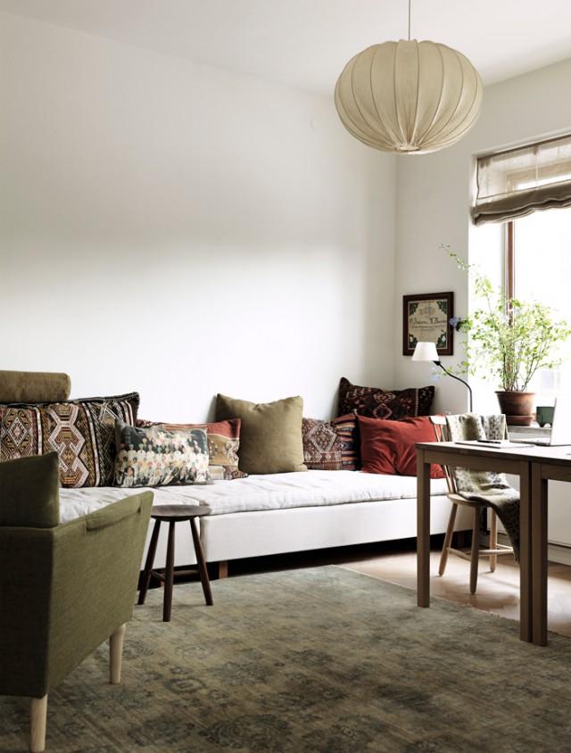 Hemma-hos-nirvan-richter-norrvgavel-vardagsrum-soffa-soffkuddar-inspiration