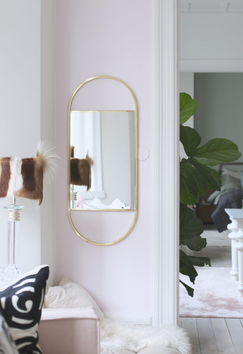 Spegel med guldram