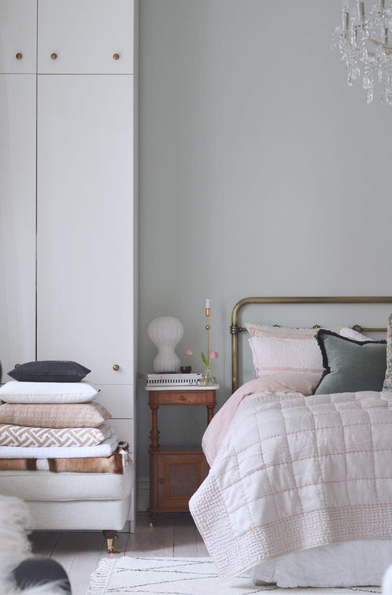 Vårt sovrum i härligt vårljus